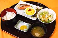 焼き鮭とスクランブルエッグの和定食